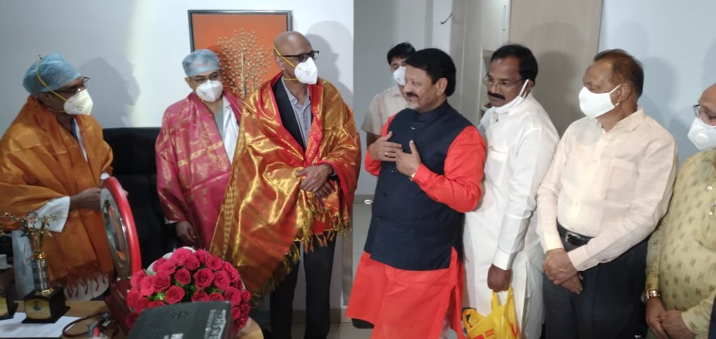 Dr Gokhale and Team felicitated by Farooq Hussain Kamareddy MLC for Metro Transported Heart transplantation in Hyderabad
